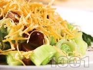 Празова салата с маслини и сирене чедър